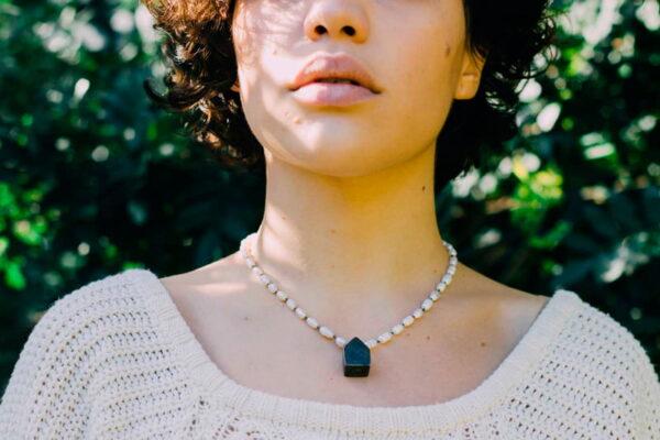 Collar de perlas de río con Casita de plata negra