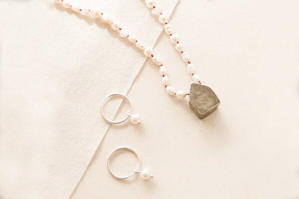 collar con perlas de rio y casita de plata negra + aros argollitas con perlas de rio