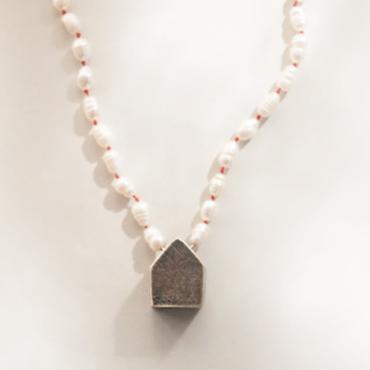 collar con perlas de rio y casita de plata negra