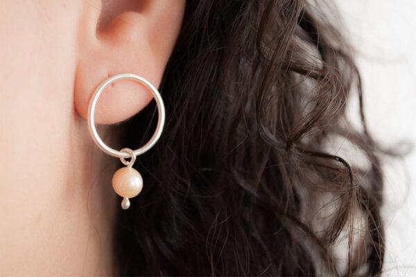 Aros de plata 925 con perla de río colgante en uso