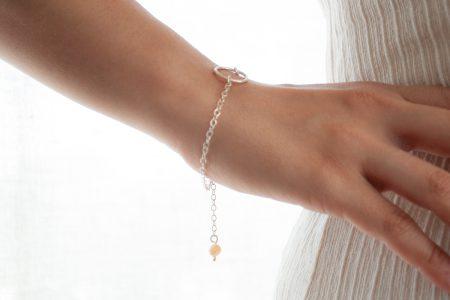 Pulsera de plata 925 con perla de río colgante en uso