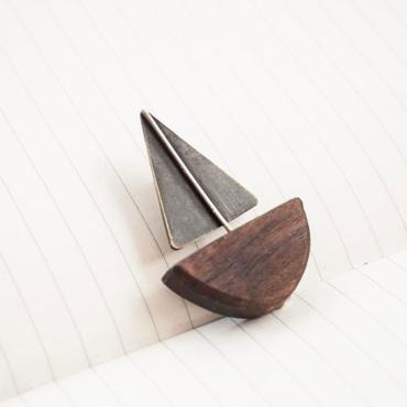 Pin barco de madera. Bruselas Joyería Contemporánea