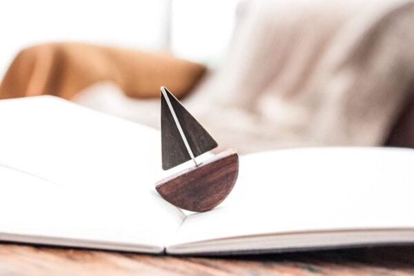 Pin barco de madera