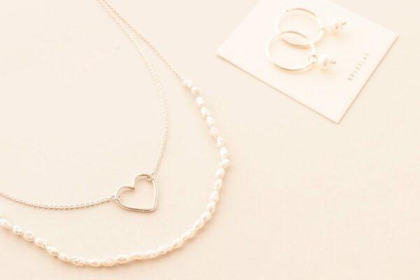 Collar Idilio- Corazón y perlas de río, hecho en plata 925 por Bruselas Joyería Contemporánea