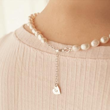 Collar Emily con perlas de río enhebradas con la técnica de enfilado de perlas. Detalle del cierre con corazón de plata 925.Bruselas Joyería Contemporánea