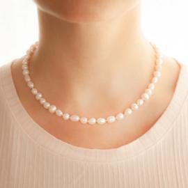 Collar Emily con perlas de río enhebradas con la técnica de enfilado de perlas. Bruselas Joyería Contemporánea