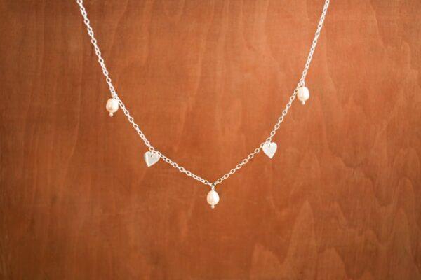 Collar Popurrí, con perlas y corazones de plata colgantes. Bruselas Joyería Contemporánea