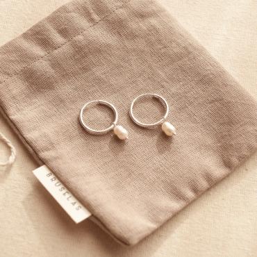 Argollitas Petite de plata 925 con perlas de río. Bruselas Joyería Contemporánea