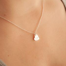 Collar Amiga: corazón de plata grabado con inicial, cadena de plata. Bruselas Joyería Contemporánea
