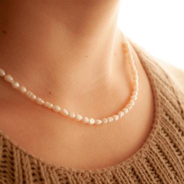 Collar Etérea: perlas de río tamaño arroz con cadena de plata. Bruselas Joyería Contemporánea