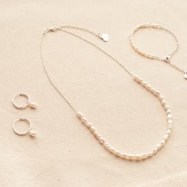 Combo Etérea: collar, argollitas y perlas de plata y perlas de río. Bruselas Joyería Contemporánea.